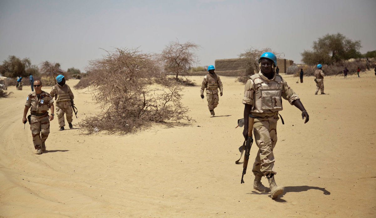 Des Casques bleus originaires du Burkina Faso patrouillent dans un village au nord-est de Tombouctou, au Mali.