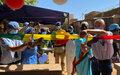 La Police des Nations Unies offre un nouvel atelier de couture et du matériel pour l'alphabétisation des jeunes filles à une association de Sévaré