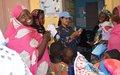 Goundam : lors d'une patrouille, les policiers bangladais de la Police des Nations Unies au Mali prodiguent des soins médicaux aux populations